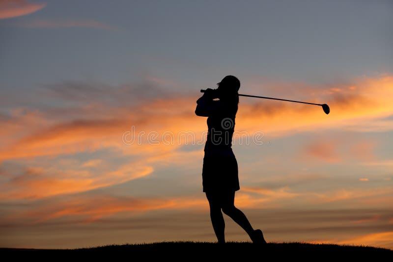 Игрок в гольф на заходе солнца. стоковые изображения rf