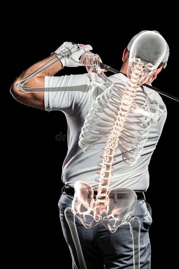 Игрок в гольф практикуя против черной предпосылки стоковая фотография rf