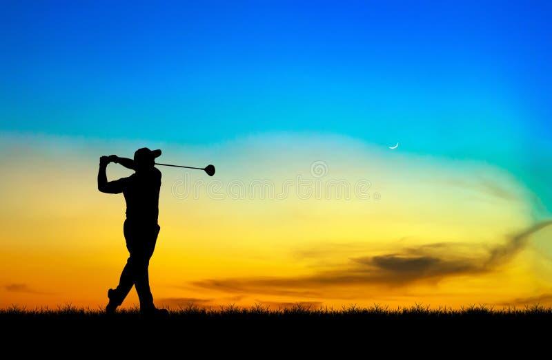 Игрок в гольф силуэта играя гольф на красивом заходе солнца стоковая фотография