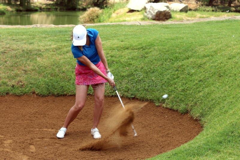 Игрок в гольф Эмма Cambrera-Bello дам pro снял от бункера ноября стоковое изображение rf