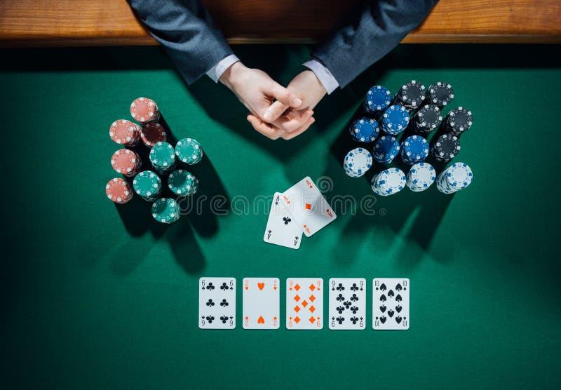 Игрок в покер с карточками и обломоками стоковая фотография