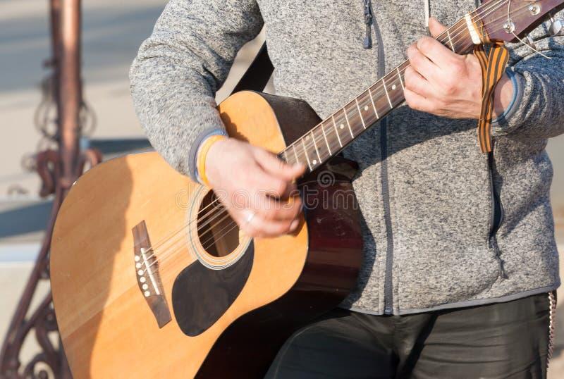 Игрок гитариста акустической гитары стоковые изображения