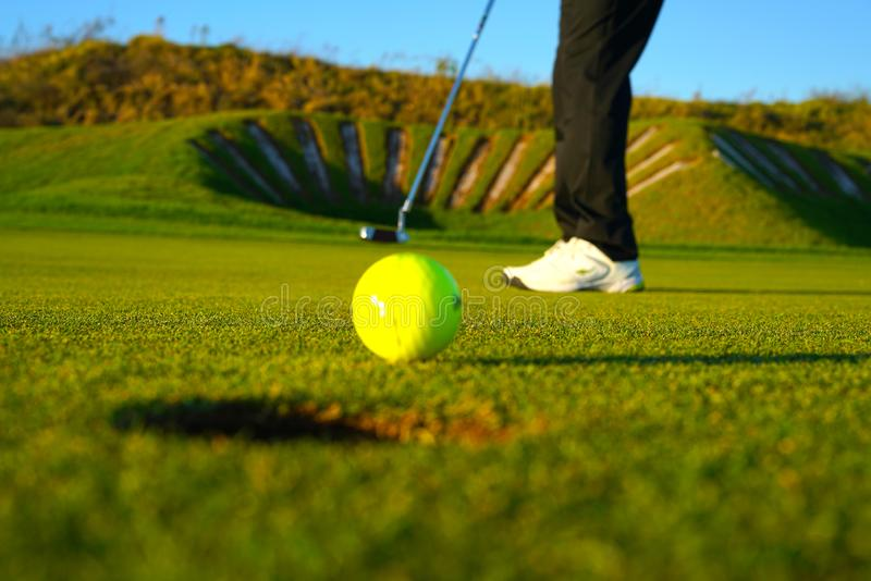 Игрок гольфа и шар для игры в гольф стоковые изображения rf