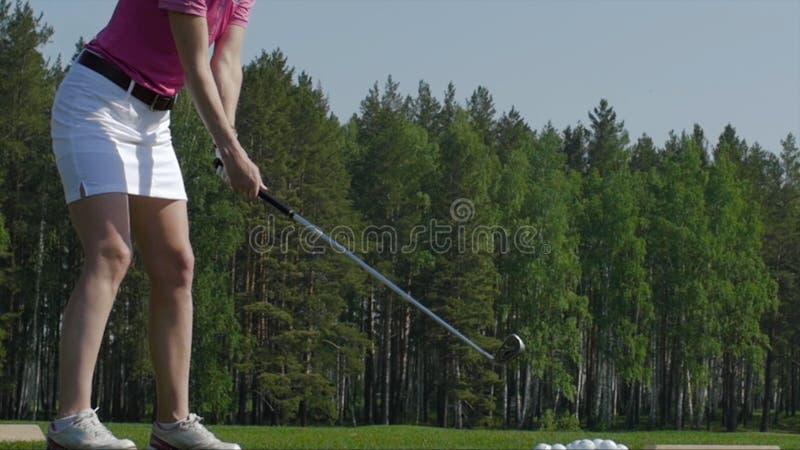 Игрок гольфа пытая первый ход в teeing области Только ноги игрока, который нужно увидеть стоковое изображение