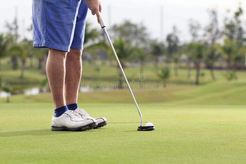 Игрок гольфа кладя на зеленый цвет стоковые изображения rf
