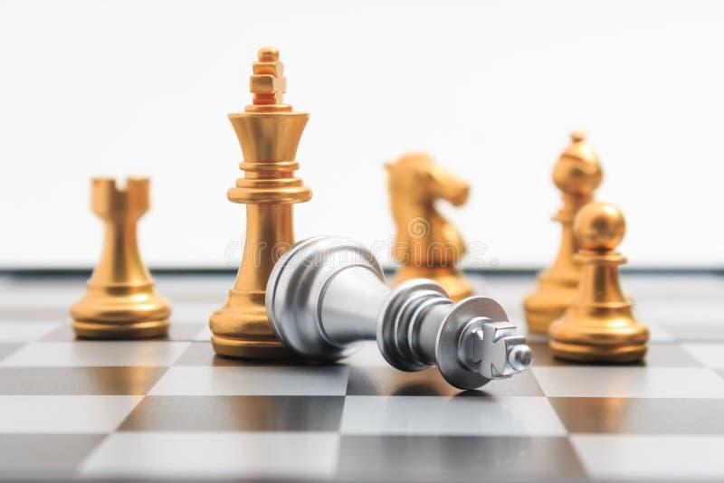 Игрок золота игры шахматной доски убил серебряный короля для com дела стоковое изображение rf