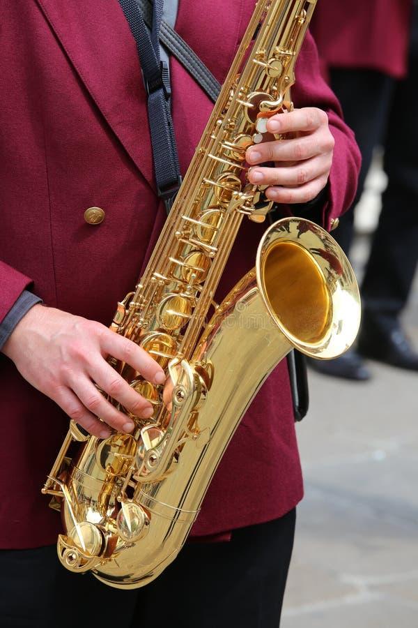 игрок играет саксофон в духовом оркестре стоковые фотографии rf