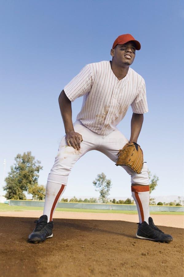 Игрок играя бейсбол стоковые фотографии rf