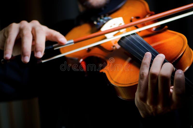игрок играя скрипку стоковая фотография