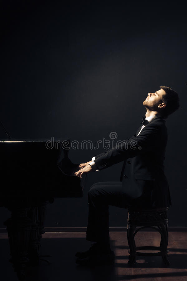 Игрок музыканта классической музыки рояля стоковая фотография rf