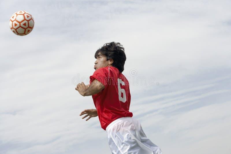Игрок скача высоко для того чтобы ударить шарик стоковые фотографии rf