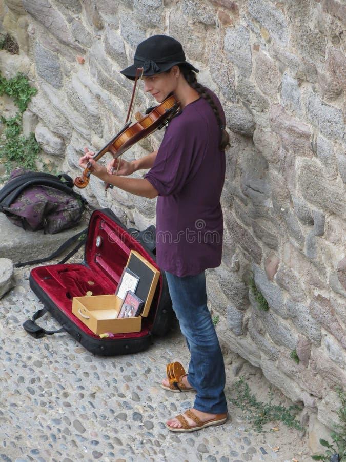 Игрок скрипки ramparts в Каркассоне стоковые фотографии rf