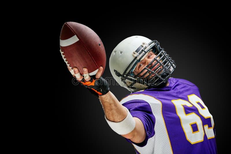 Игрок спортсмена американского футбола на черной предпосылке Концепция спорта стоковая фотография rf