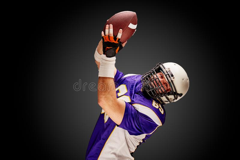 Игрок спортсмена американского футбола на черной предпосылке изолированная принципиальной схемой белизна спорта стоковые изображения rf