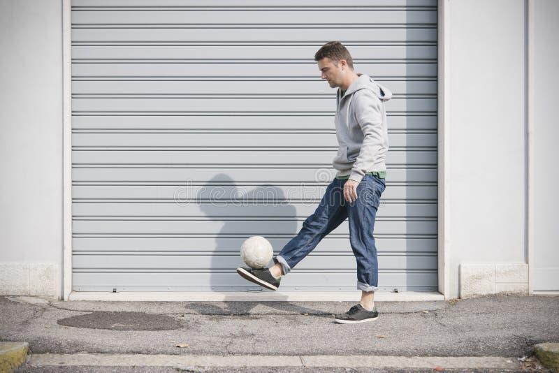 Игрок улицы футбола стоковая фотография