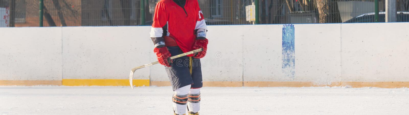 Игрок хоккея на льде на навыках f игры практики тренируя стоковая фотография