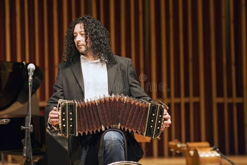 игрок bandoneon стоковое фото rf