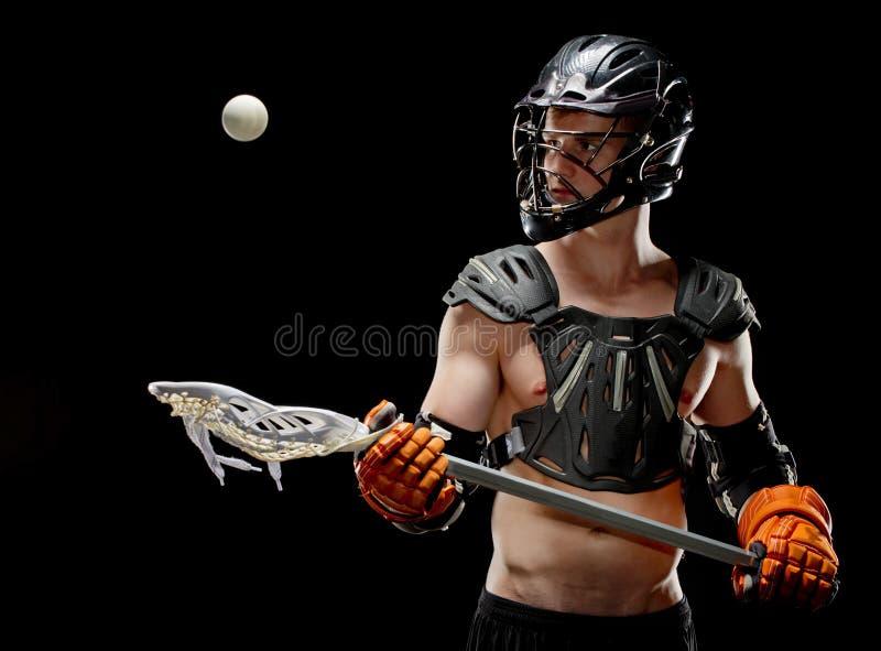 Игрок lacrosse мальчиков держа его глаз на шарике стоковые фото