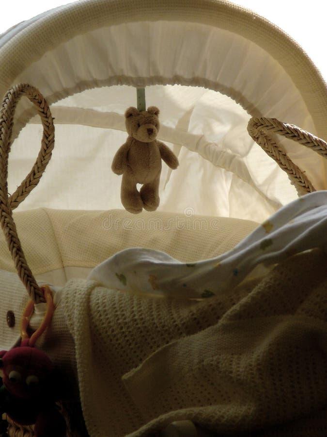 игрушечный медведя корзины младенца стоковое фото rf