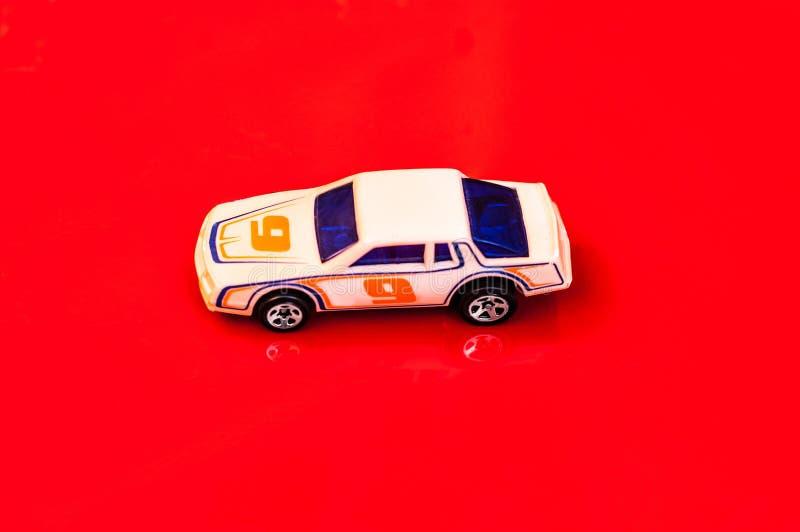 Игрушка автомобиля белой расы/желтый цвет участвовать в гонке стоковое фото rf