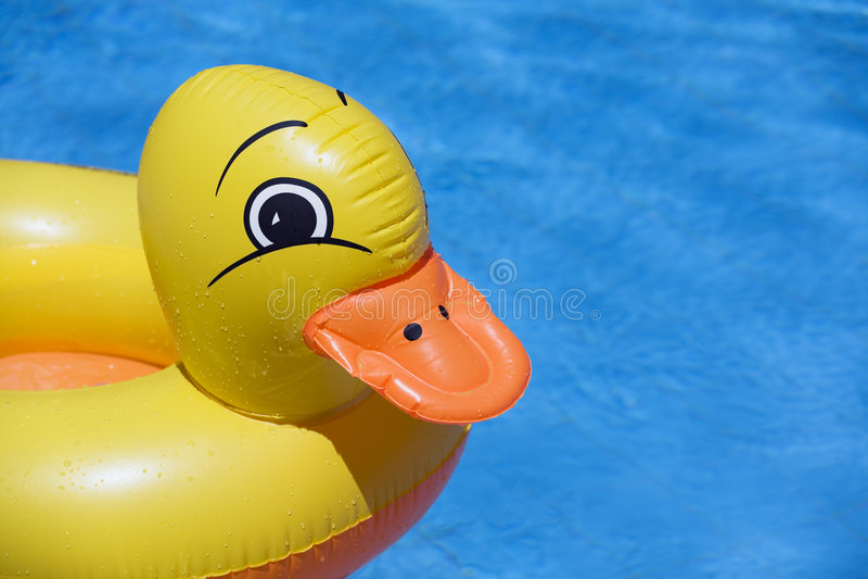игрушка бассеина утки раздувная стоковое изображение rf