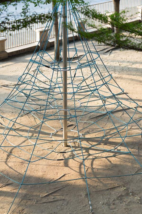 Игрушка веревочки подъема спортивной площадки с на одним стоковое изображение