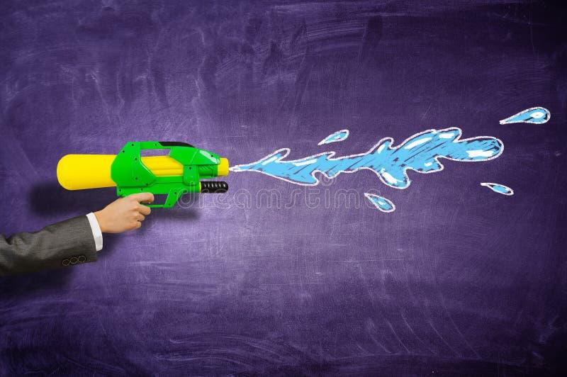 Download Игрушка воды оружия в руке Мультимедиа Стоковое Изображение - изображение насчитывающей вода, игрушка: 81808131