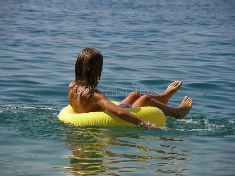 игрушка кольца девушки пляжа стоковое изображение