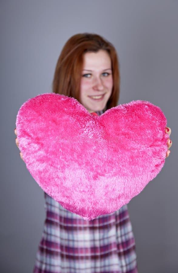 игрушка красного цвета сердца девушки с волосами стоковое изображение rf