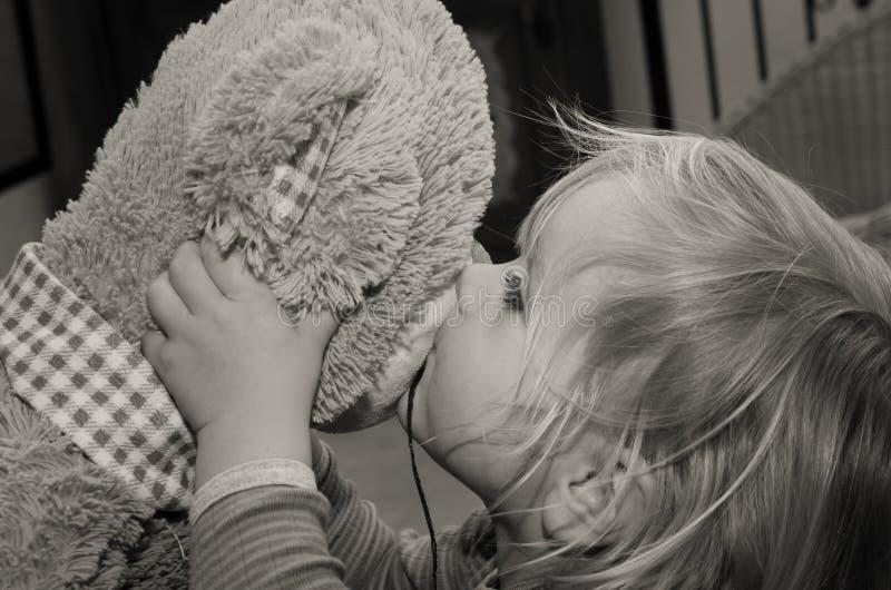Игрушка медведя поцелуев маленькой девочки для до свидания стоковая фотография rf