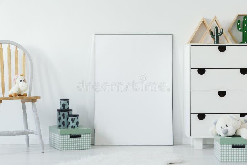 Игрушка плюша на деревянном стуле рядом с белым пустым плакатом с модель-макетом стоковые изображения