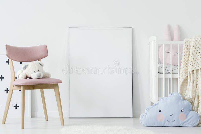 Игрушка плюша на розовом стуле и голубая подушка в интерьере комнаты ` s ребенка стоковое изображение