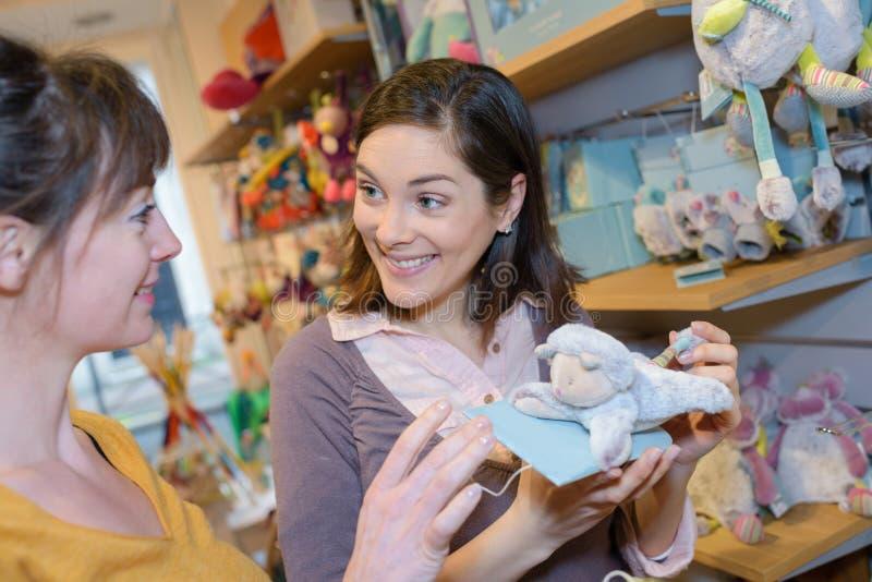Игрушка приобретения беременной женщины для младенца стоковая фотография rf