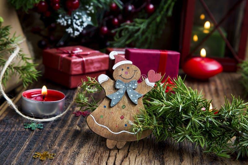 Игрушка ретро рождества деревянная с подарками и горящими свечами стоковые фотографии rf