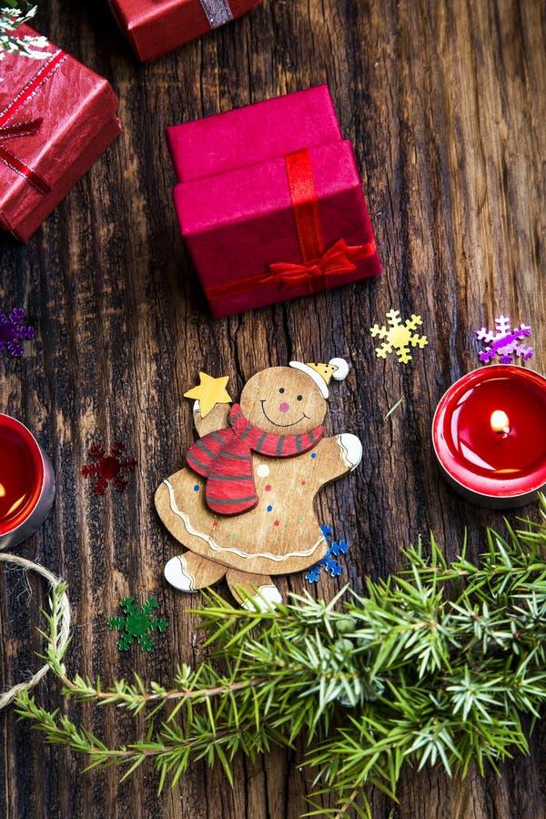 Игрушка ретро рождества деревянная с подарками и елью на деревянной плате стоковые фото