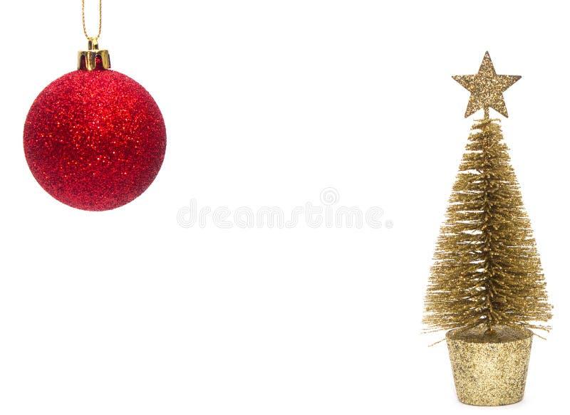 Игрушка рождества, сияющий красный шарик и золотое дерево Новый Год белизна изолированная предпосылкой стоковое фото rf
