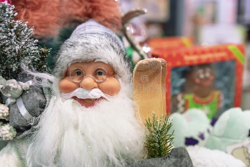 Игрушка Санта Клаус в магазине подарков и украшений рождества стоковое фото rf