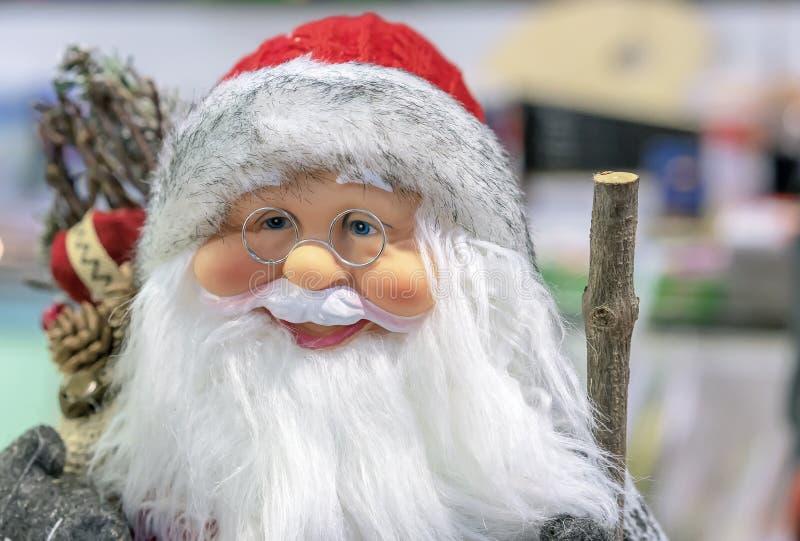Игрушка Санта Клаус в магазине подарков и украшений рождества стоковые фото