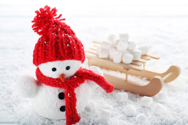 Игрушка снеговика и деревянные сани стоковые фото
