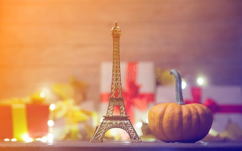 Игрушка Эйфелевой башни с листьями и тыквой с подарком хеллоуина стоковая фотография rf