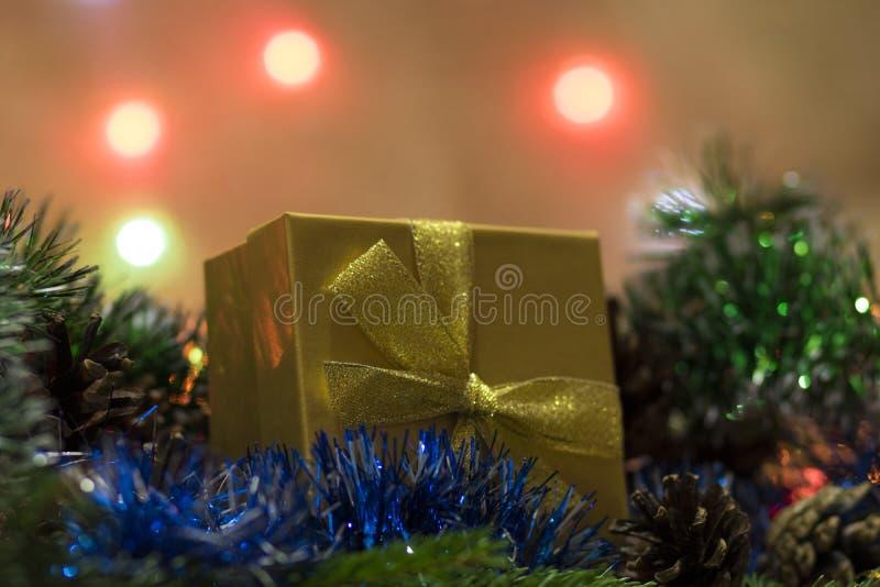 Игрушка ` s Нового Года - дом на елевых ветвях и с bokeh на заднем плане бесплатная иллюстрация
