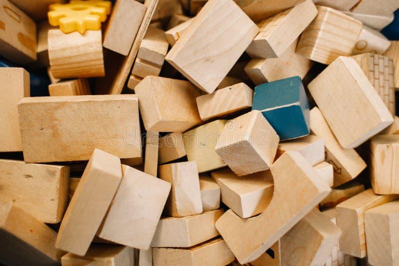 Игрушки в детском саде Хаотично разбросанные деревянные блоки стоковое изображение rf