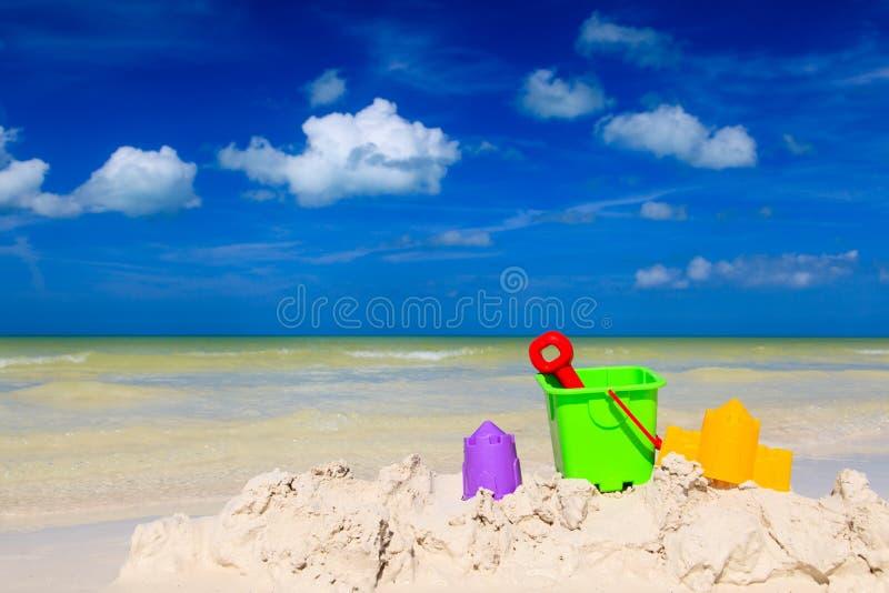 Игрушки детей на пляже песка лета стоковое фото rf