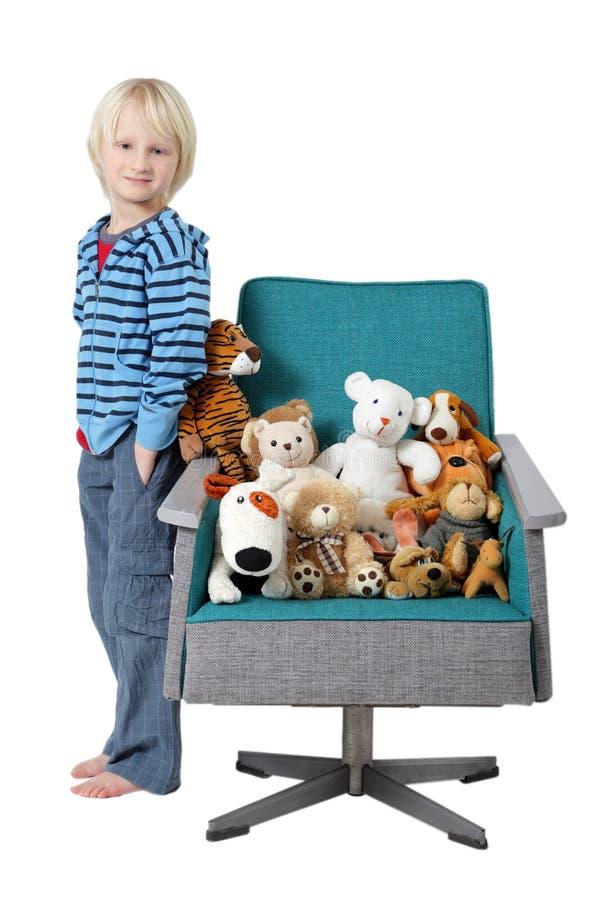 игрушки заполненные мальчиком стоковое изображение rf