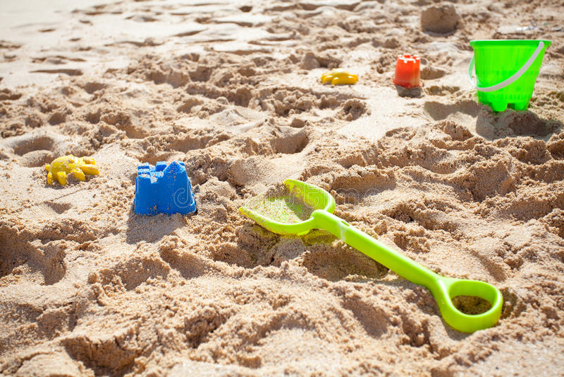 Игрушки, лопата и ведро песка стоковое изображение