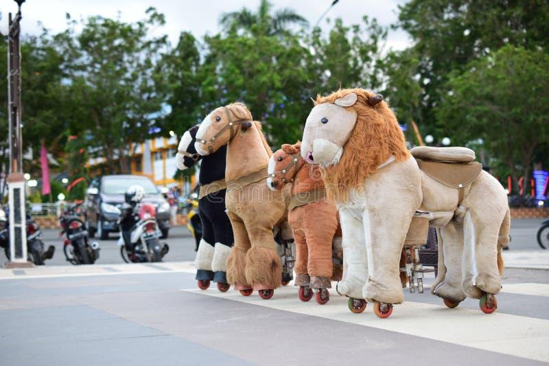 Игрушки лошадей в спортивной площадке для детей стоковое фото
