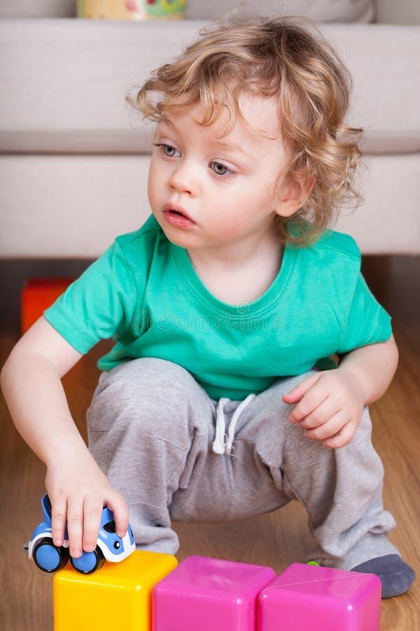 игрушки ребенка цветастые маленькие играя стоковая фотография