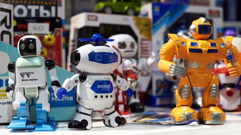 Игрушки роботов в магазине стоковое фото