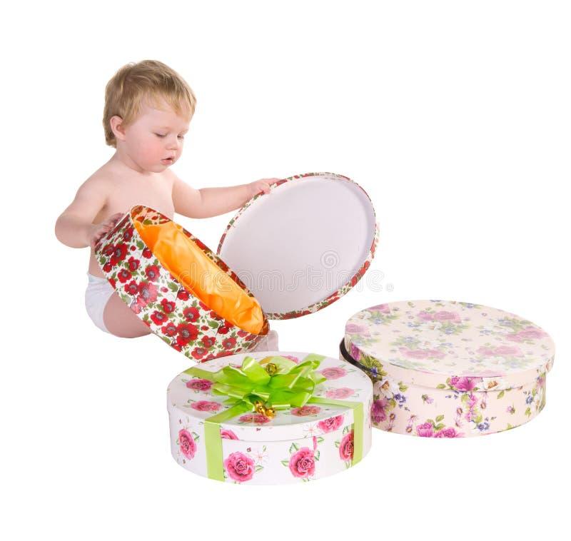 Игры мальчика с коробками подарка стоковые изображения rf