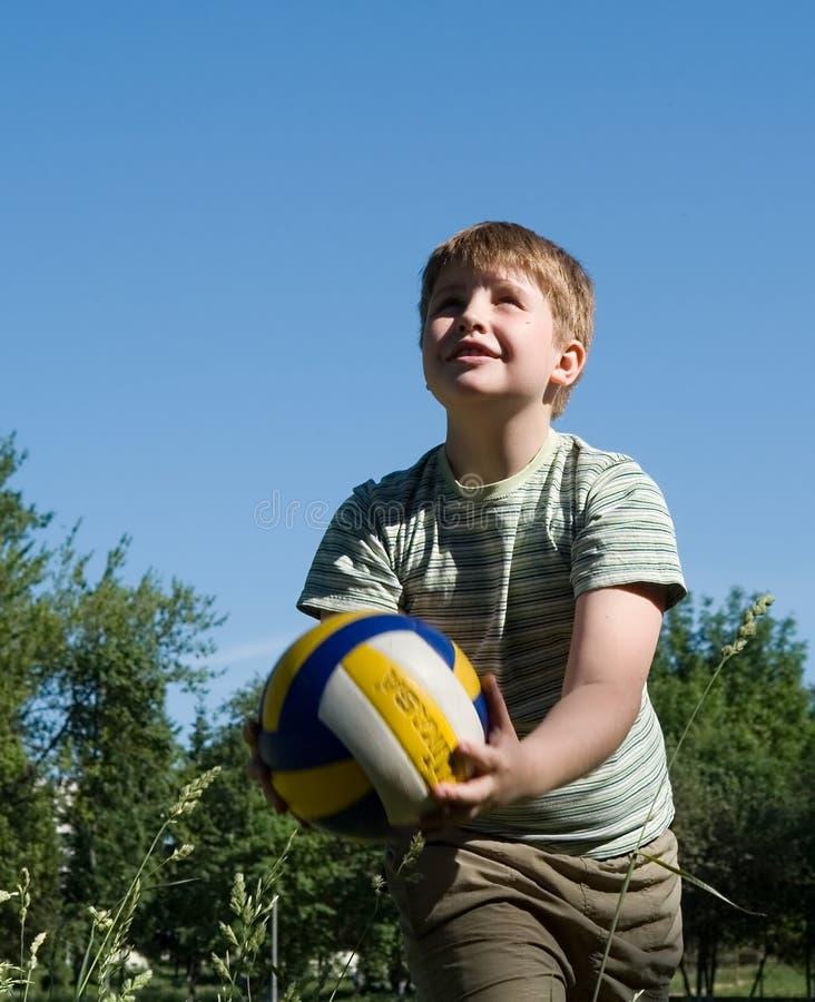 игры мальчика шарика стоковое изображение